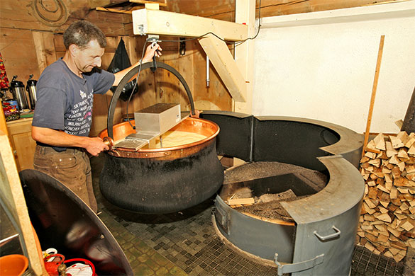 Fabrication de fromage d'alpage au chalet Oberstockenalp