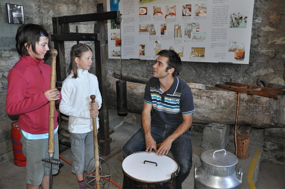 Explication de la fabrication du fromage au hameau de Colombire