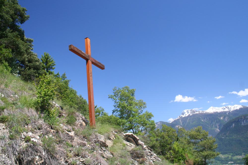 Croix sur le bord d'un chemin