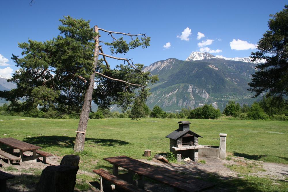 """Place de pic-nic le long de l'itinéraire """"Crans-Montana, Terre de foi"""""""