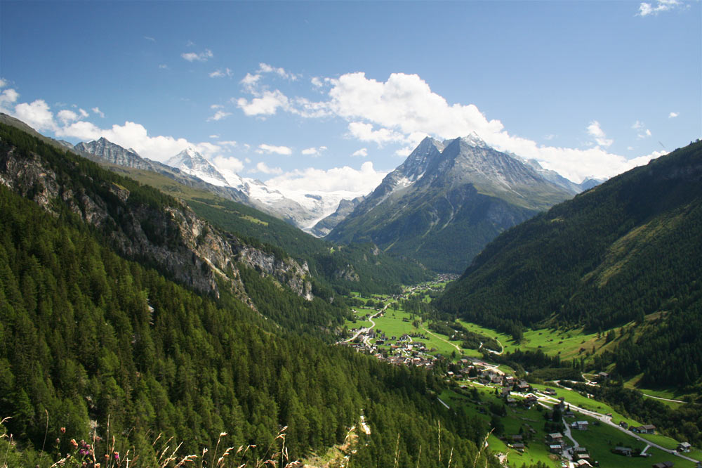 """Les villages situés au dessus des falaises surplombant Evolène sont aujourd'hui encore appelés """"Sur les Rocs"""""""
