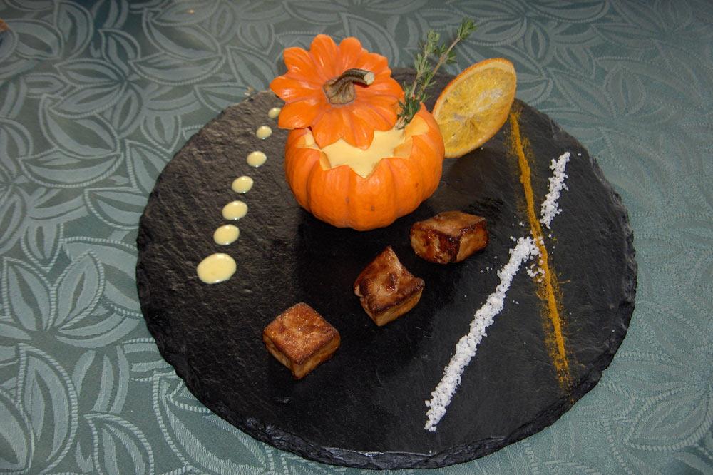Soupe à la courge au curry et dés de foie gras poêlés