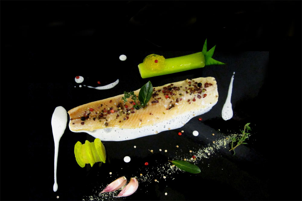 Filet d'omble poché au court bouillon de chasselas, cannelon de poireaux et pommes de terre ratte, mille-feuilles de rave confite au sherry et au «Tio Pepe» et chips de betterave jaune