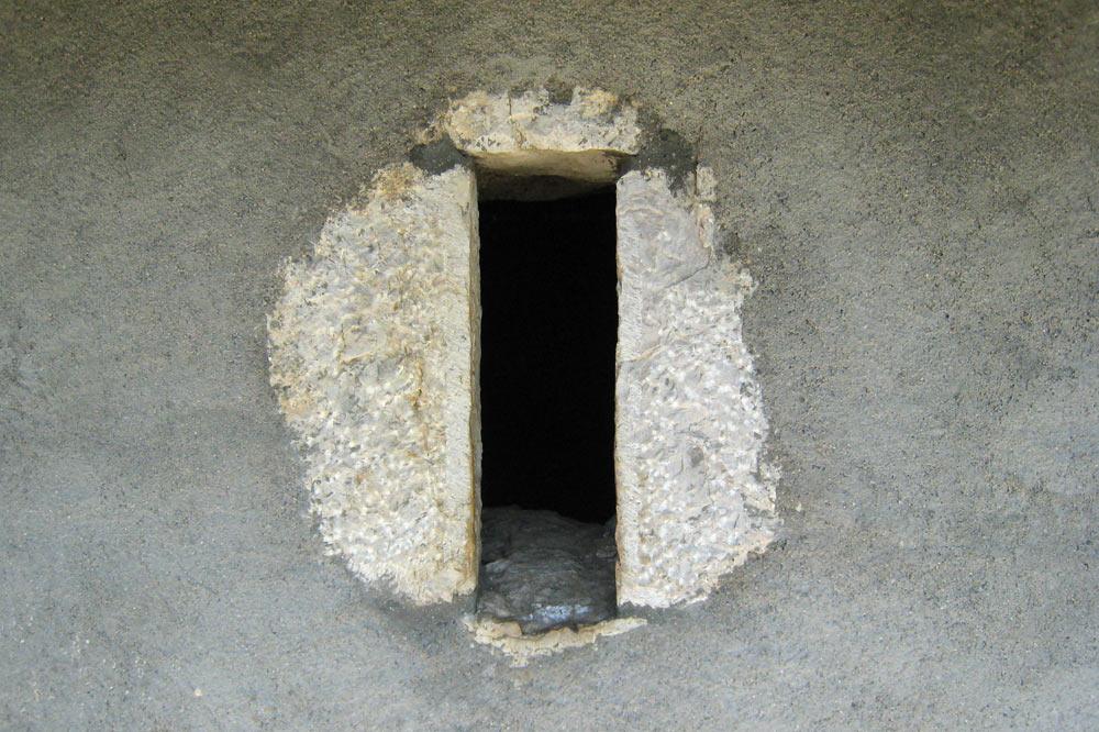 Fenêtre prévue pour ne laisser passer que peu d'air (froid)